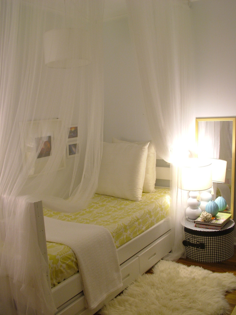 Decorating a small bedroom how to decorate a really for Small bedroom lighting ideas