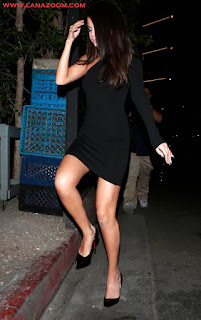 سيلينا غوميز بثوب أسود أنيق يظهر أرجلها الناعمة و جسمها الرشيق في بيفرلي هيلز