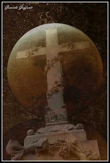 Luna Roja. Cementerio Británico de Montevideo. Uruguay.