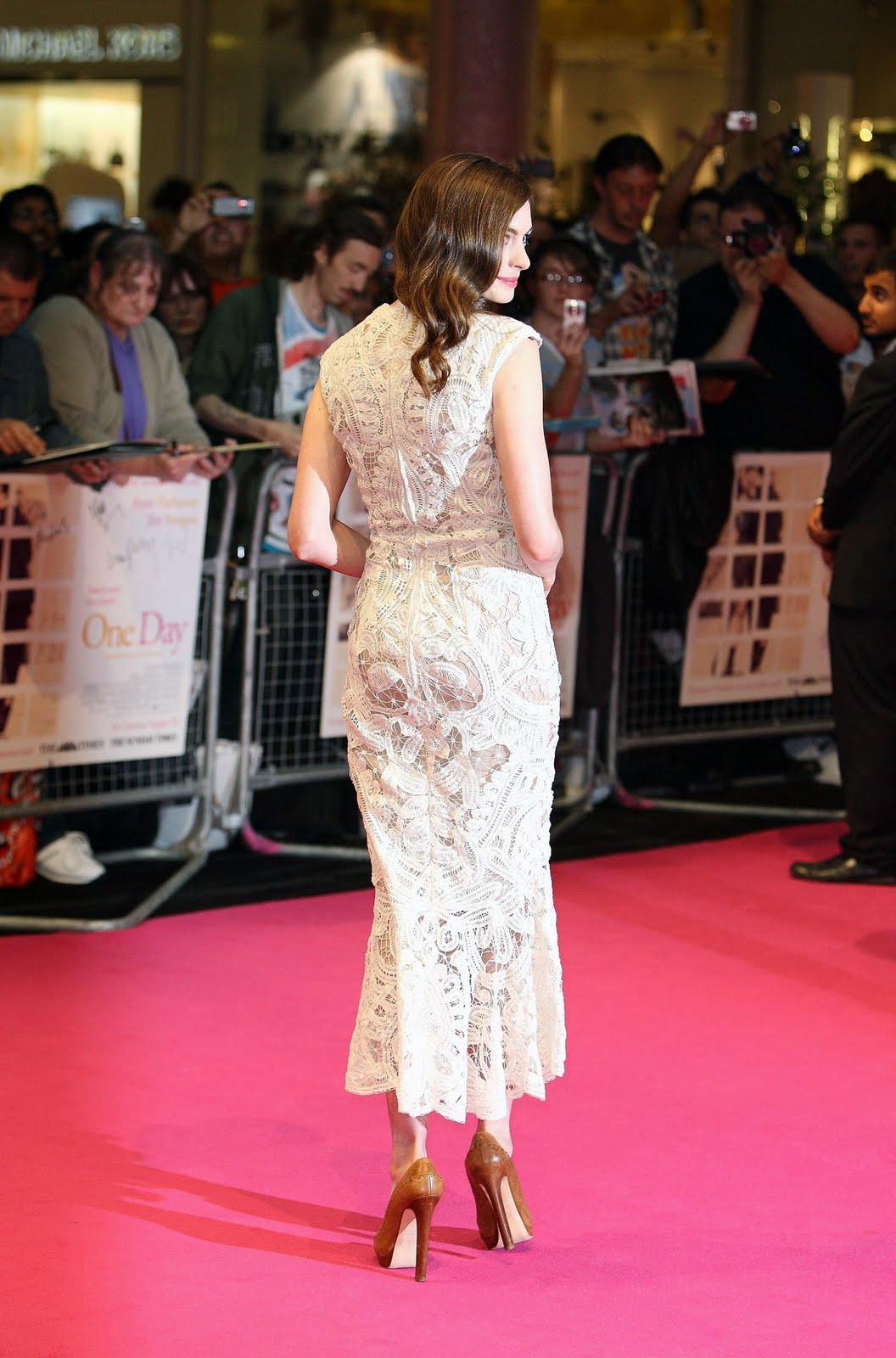 http://2.bp.blogspot.com/-8b3NcqlISHs/TmQyQ9wV0sI/AAAAAAAAA7M/VpAek2_DWrU/s1600/cu-anne-hathaway-one-day-european-premiere-in-london-30.jpg