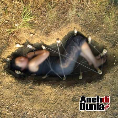 http://2.bp.blogspot.com/-8bCHY1yaITg/VSicdAT6ZdI/AAAAAAAAN2E/dLVZmk7hG8c/s1600/Mina-El-Houari-dikubur-idup-idup.jpg