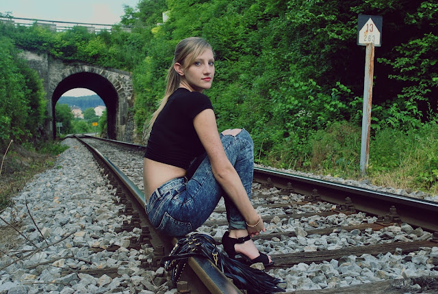 train, rails, ripped jeans, asos high waisted jeans, acid wash jeans, chicnova fringe bag, fringe bag, crop top, cropped top