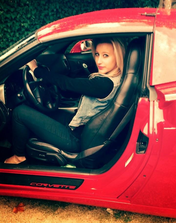 Chica guapa Cádiz: sexy amateur rubia andaluza en un Corvette, fotos de Vicky. Hermosa gaditana en un coche deportivo. La chica guapa 1x2
