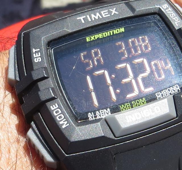 Ampliação de Fotografia macro de Relógio Digital de Pulso Timex modelo Expedition com luz Indiglo