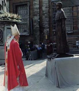 Papa João Paulo Segundo com a estátua de São Maximiliano Kolbe