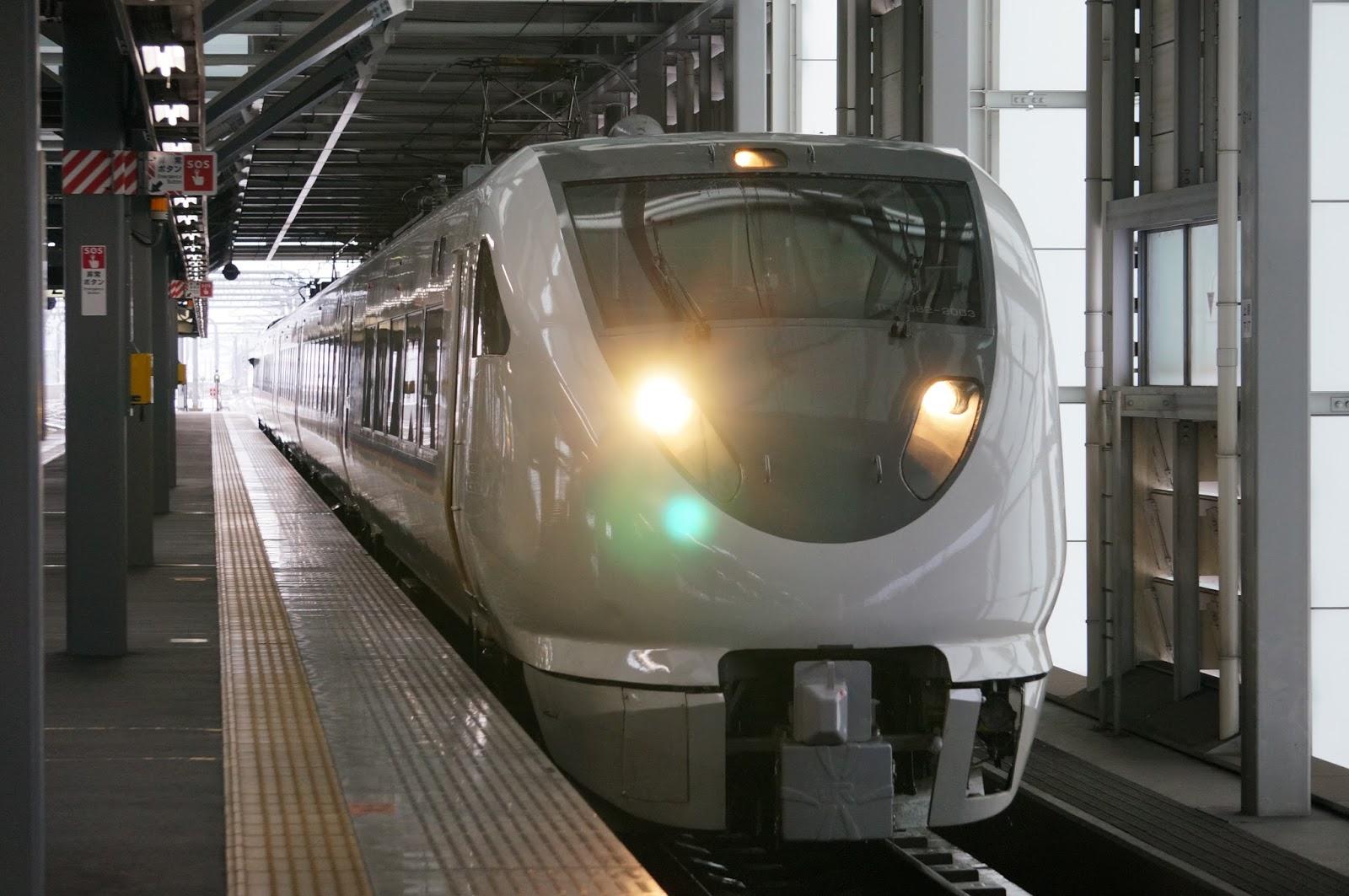 北陸本線福井駅に到着する683系特急しらさぎ