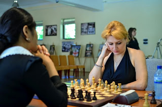 Partie d'échecs sauvage entre Elina Danielian et Nafisa Muminova - Photos © Alina L'Ami