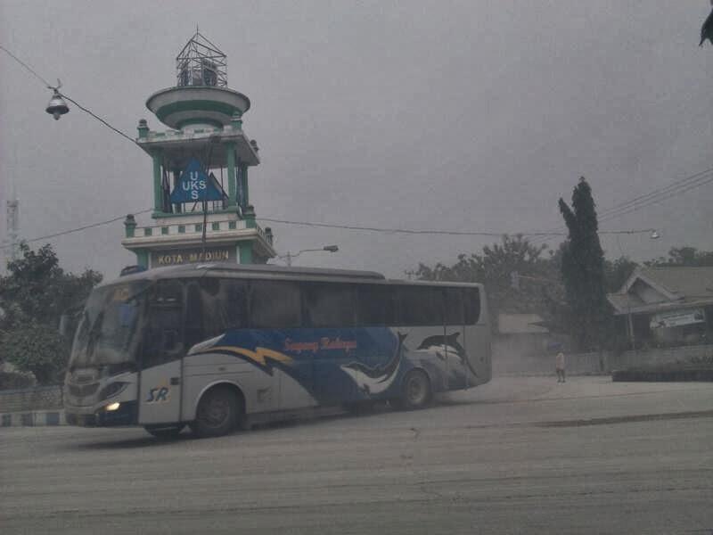 Sugeng Rahayu menerjang hujan abu vulkanik