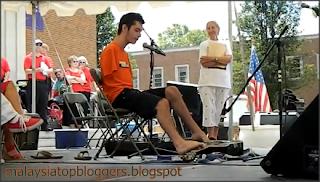 Budak Lelaki Pandai Hebat Petik Main Gitar Kapok Kudung Tangan Jari Kaki