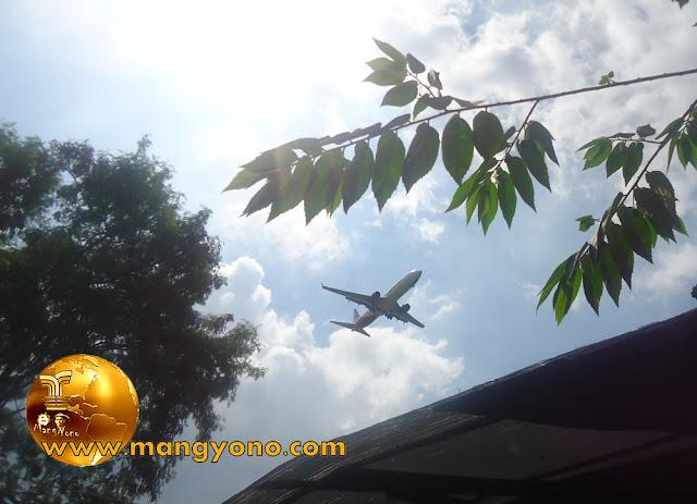 FOTO : Pesawat terbang rendah. Jepretan admin di JL. Husein Sastra Negara, Rawa Bokor - Benda. Tangerang