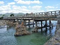 橋桁には流木や草が絡んでいて、欄干の下が豪雨の余波で壊れていた!
