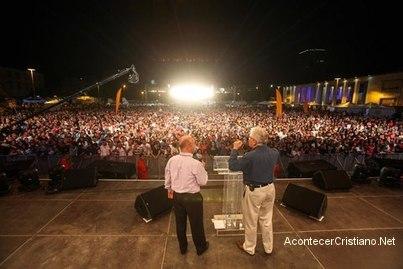 Luis Palau realiza evento evangelístico en Albania