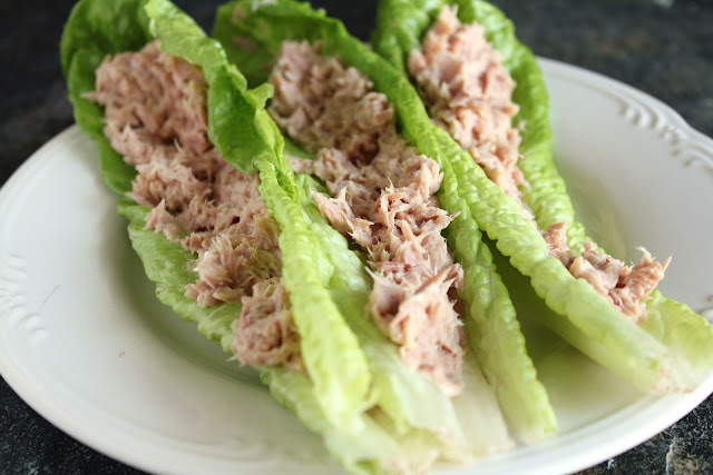 low-carb tuna lettuce wraps made with romaine leaves