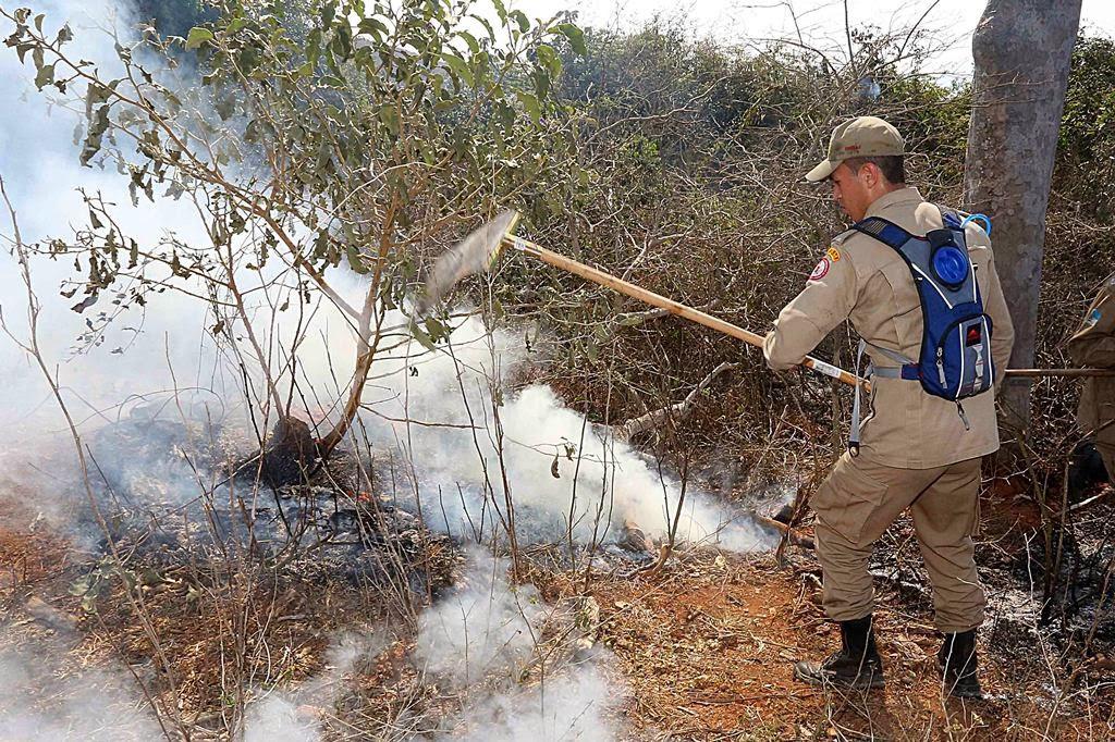 Bombeiros usam equipamentos no combate ao incêndio em áreas remotas