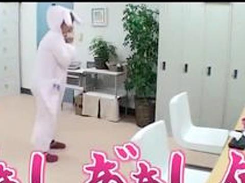 Faire tomber des tarentules sur une fille sexy déguisé en lapine