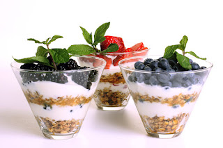 yogurt with fruit and granola
