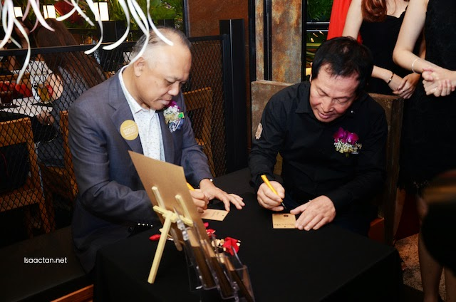Dato' Steven Chin and Mr Kwon Won-Kang wrote down their wishes and blessings