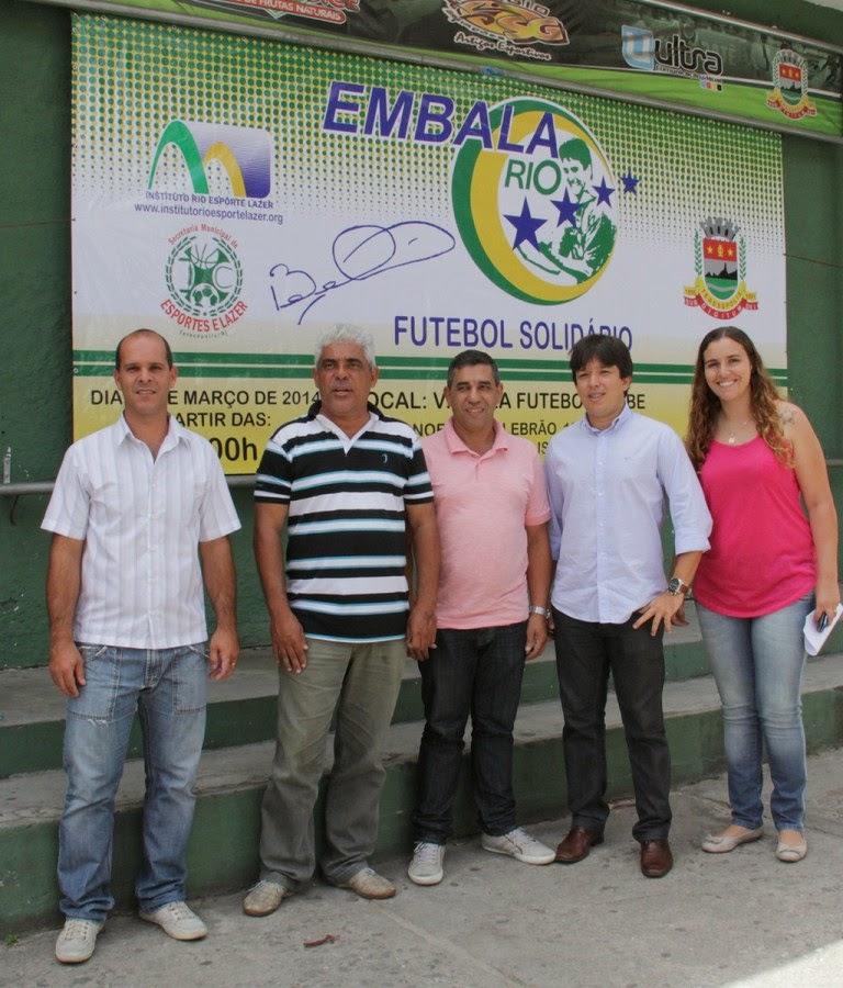 Ao centro, secretário de Esportes e Lazer, Luiz Carlos de Oliveira, acompanhado por representante do Institu to Rio, Esporte e Lazer, e representantes da SMEL