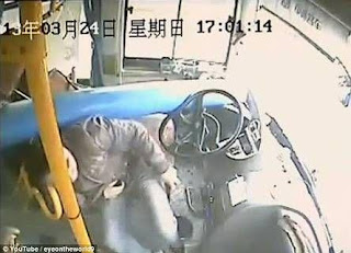 بالصور والفيديو.. نجاة قائد حافلة وركابها من الموت بأعجوبة بعد سقوط عمود إنارة على الحافلة
