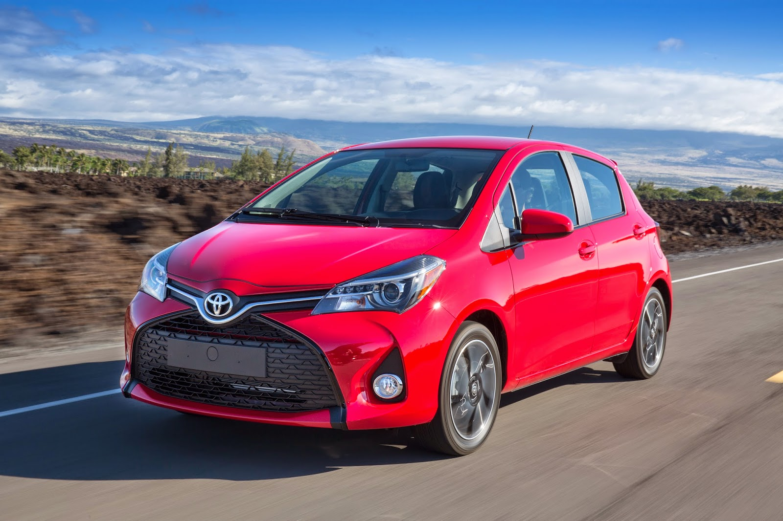 Front 3/4 view of 2015 Toyota Yaris