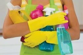 γυναίκα με καθαριστικά