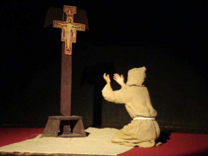 Resultado de imagem para rezando crucifixo