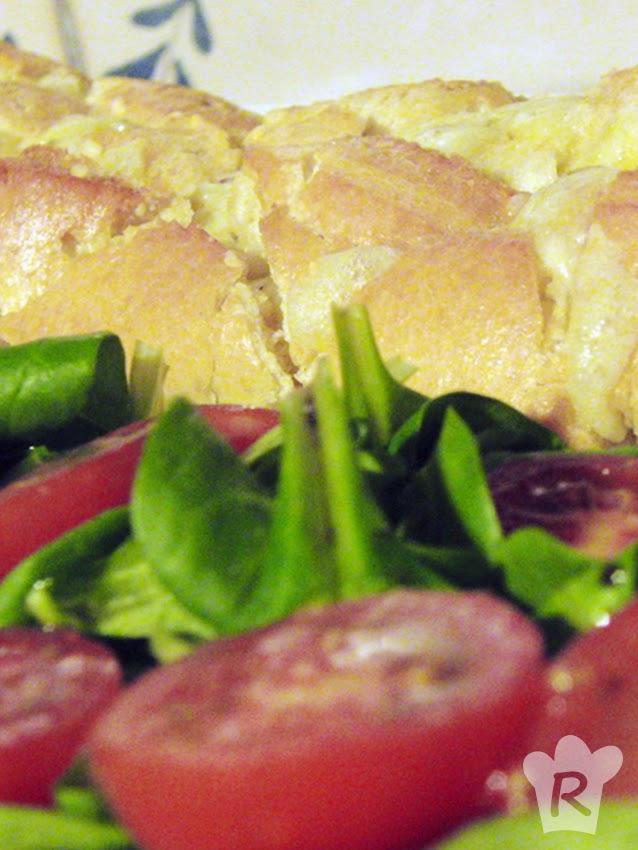 Pan relleno de queso con ensalada