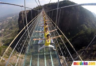Aksi ekstrem 100 wanita cantik berlatih yoga di jembatan kaca