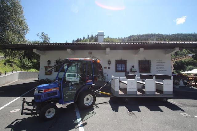 Mit dem Traktor zur Hochzeitswiese