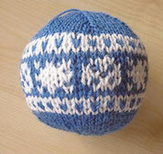 Синий шар с белым традиционным узором