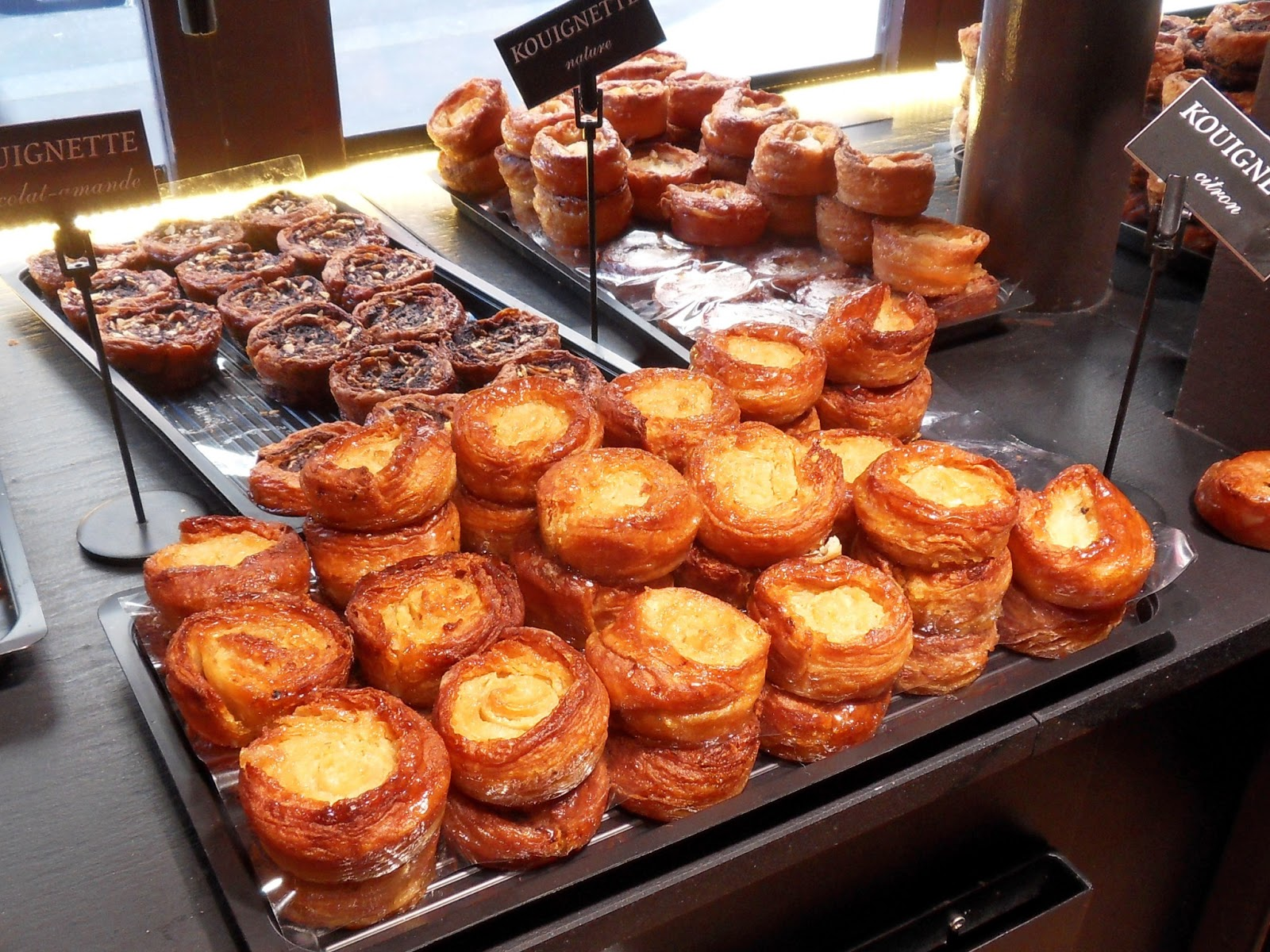 On peut décrire une kouignette comme un petit, ou individuel kouign amann,  cette célèbre spécialité bretonne dont le nom signifie « gâteau au beurre »  (non