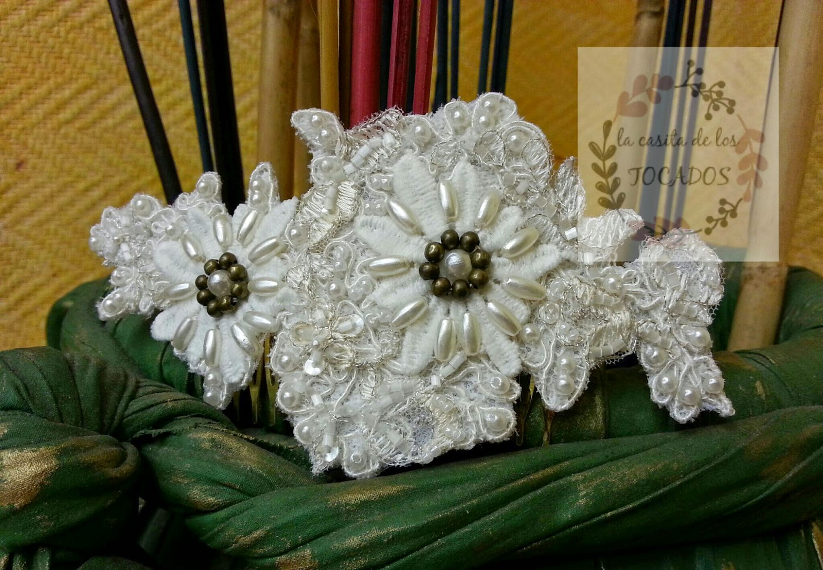 tocado vintage para novia en colores blanco y bronce con pedrería bordada sobre guipur