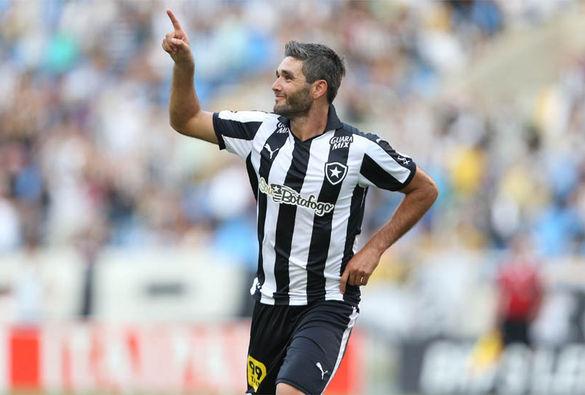 Botafogo goleia, chega aos 100 gols e continua no topo