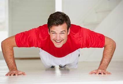 أفضل التمارين الرياضية التى يمكن ممارستها فى الصباح  - رجل يمارس الرياضة الصباحية - man doing sports work out