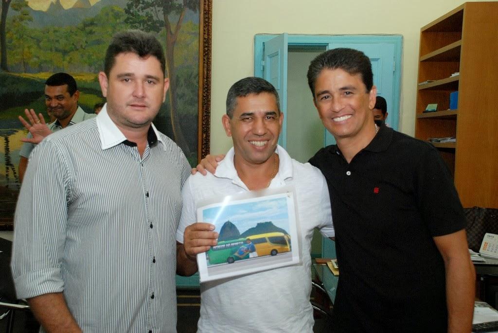 Prefeito Arlei, secretário de Esportes e Lazer, Luiz Carlos Oliveira, e o deputado Bebeto posam com o esboço do projeto