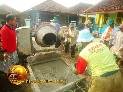 FOTO 3 : Bahan cor beton sudah siap, pencampuran menggunakan mesin molen. Pengecoran Mesjid Assyafa'ah, Pagaden Barat, Subang.