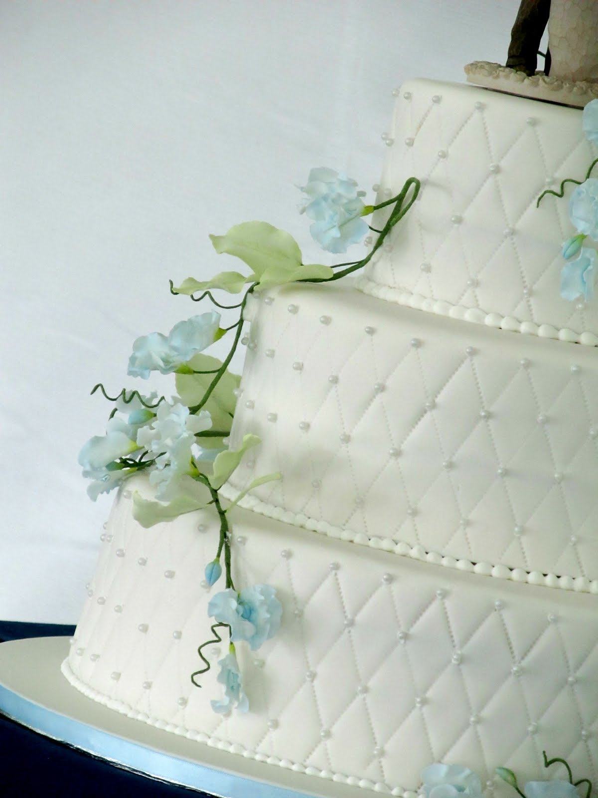 White Quilting with Blue Sweet Peas – Renee Conner Cake Design