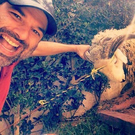 صور سيلفي لمشاهير مغاربة مع كبش العيد تثير جدلا فيسبوكيا