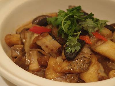 黑金蒜枝竹焖鱼腩煲