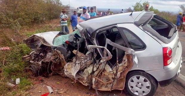 Três pessoas morreram e uma ficou ferida em uma acidente na madrugada deste domingo (14) (Foto: Portal Cleriston Silva)