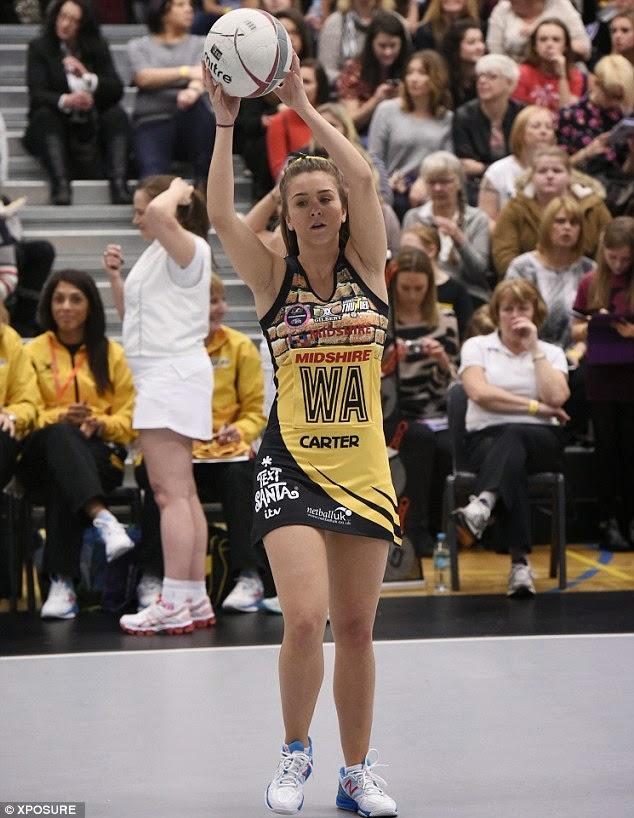 الممثلة الانكليزية الجميلة بروك فنسنت خلال مباراة خيرية أقيمت في مانشستر