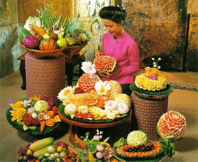 Andiencc amazing with fruits and vegetable carving in