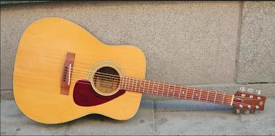 Cara belajar bermain gitar akustik otodidak