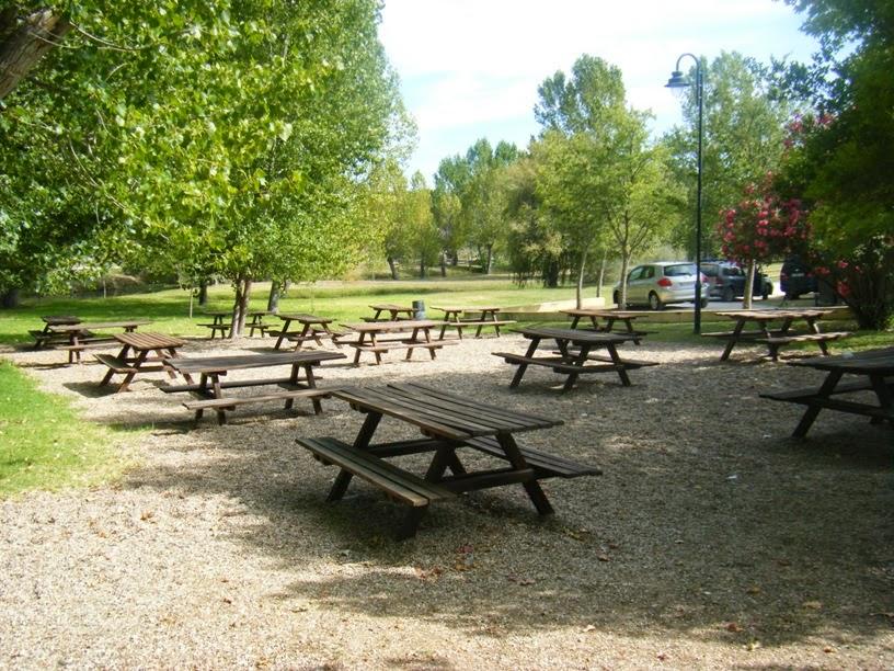 Mesas do parque de Merendas da Ribeira da Venda