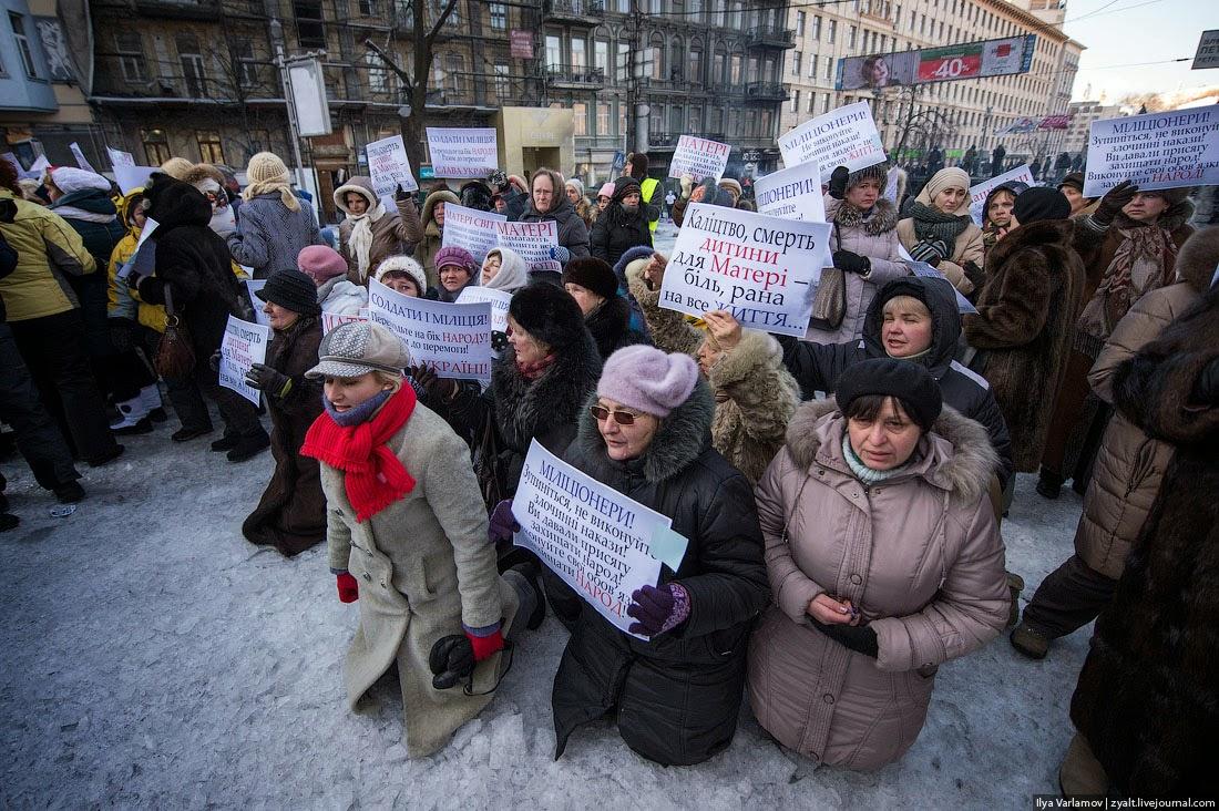 """В какой-то момент накал страстей начал спадать, тогда один из организаторов что-то шепнул женщинам, и они упали на колени перед солдатами. Журналисты наконец получили драматическую картинку. Вскоре время представления подошло к концу, и организованной группой """"матерей Майдана"""" увели."""