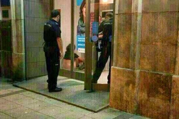 Pasangan dicekup berjimak dicelah mesin ATM