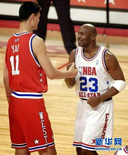 18 Pictures Of Yao Ming The Giant Next To Normal Sized