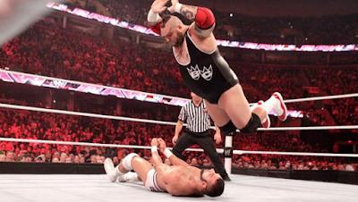 gigantesco luchador gigante cae encima de otro