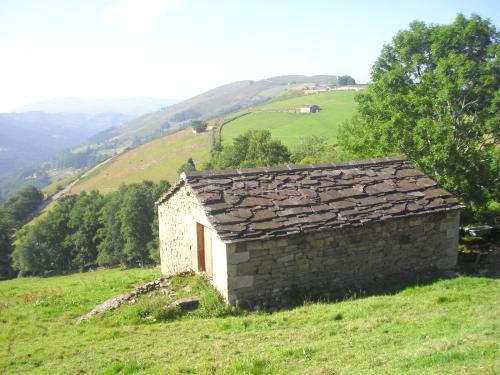 La Cabaña Pasiega Es Una Construcción Popular Típica De La Montaña Oriental  De Cantabria. Durante Siglos Ha Sido Utilizada Por Los Pasiegos Como  Residencia ...
