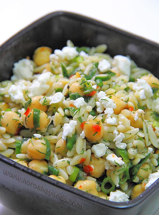 Салат с орзо, нутом и сыром фета